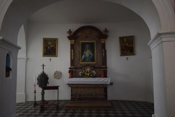 Umístění svorníku u jižního oltáře barokního kostela Povýšení sv. Kříže