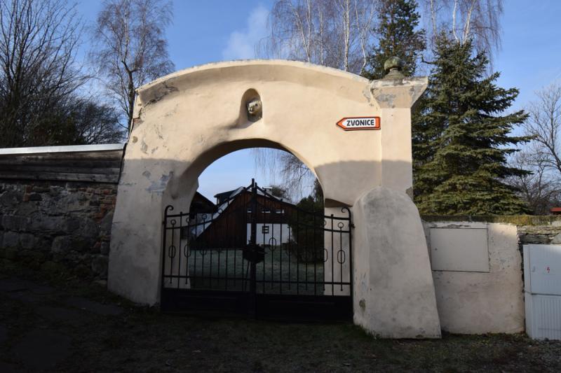 Brána k původnímu kostelu v Levíně se zazděnou lví hlavou