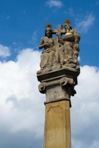 Vníže položené části náměstí stojí sloup Nejsvětější trojice.