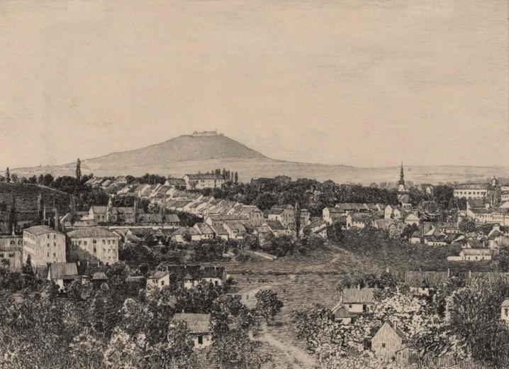 Dobová fotografie asi z roku 1897. Pohled od Nového Jičína na Starojický kopec.