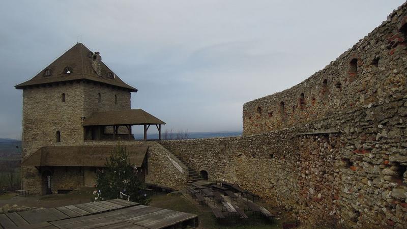 Mohutné hradní ppozůstatky
