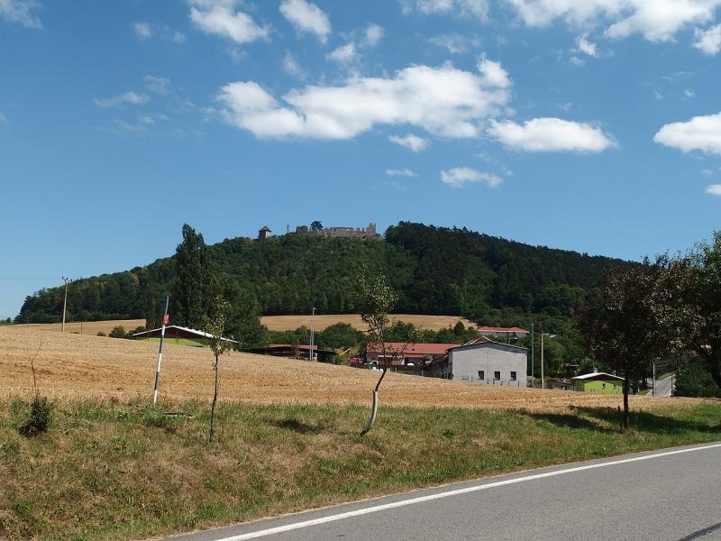 Hrad Starý Jičín je vidět už z dálky