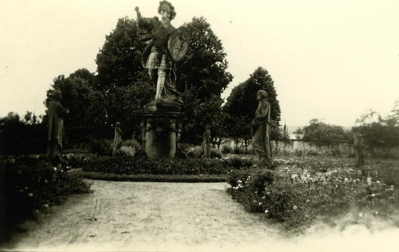 Takto to vypadalo na zahradě Hospitalu v roce 1940