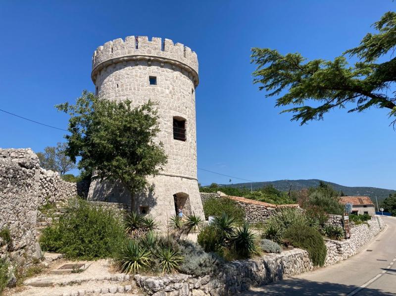 Poslední věž z původního opevnění Cresu