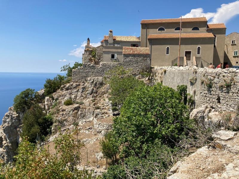 Lubenice je situována na skalním vrcholku