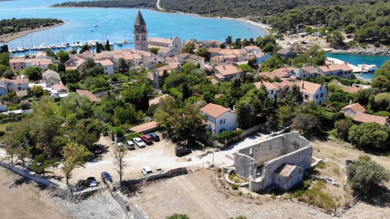 Městečko Osor s kostelem a zříceninou kláštera