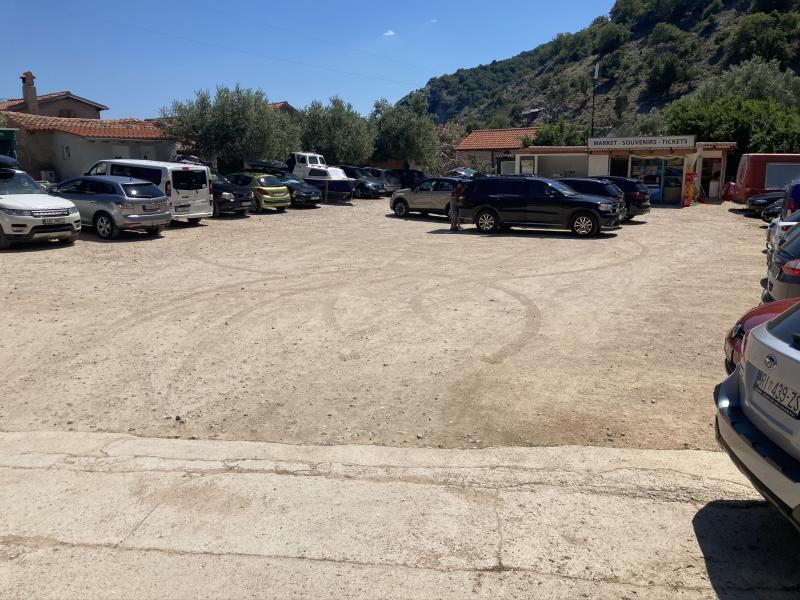 Parkování u pláže pod Beli