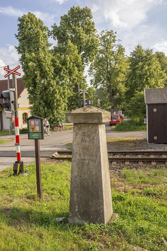 Historický kamenný ukazovatel v obci Karlovice-Sedmihorky