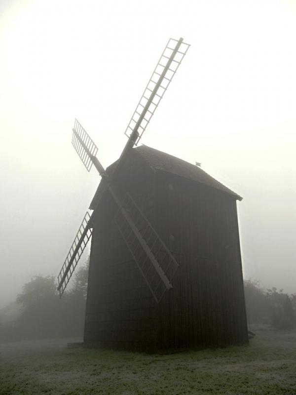 Těšanský mlýn zahalený podzimní mlhou