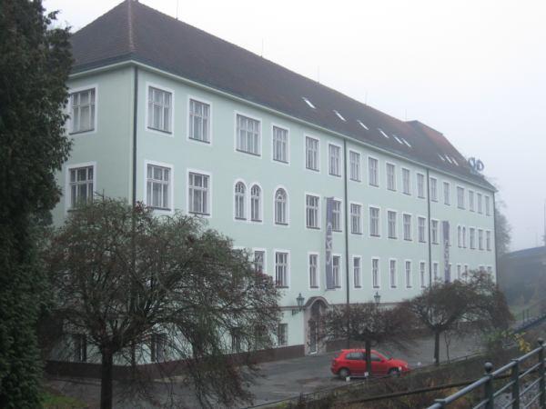 Budova ředitelství ČKD Blansko, v jehož blízkosti se socha nachází