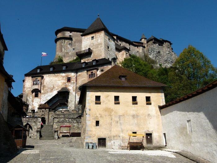 Celkový pohled na horní, střední a dolní hrad z nádvoří dolního hradu