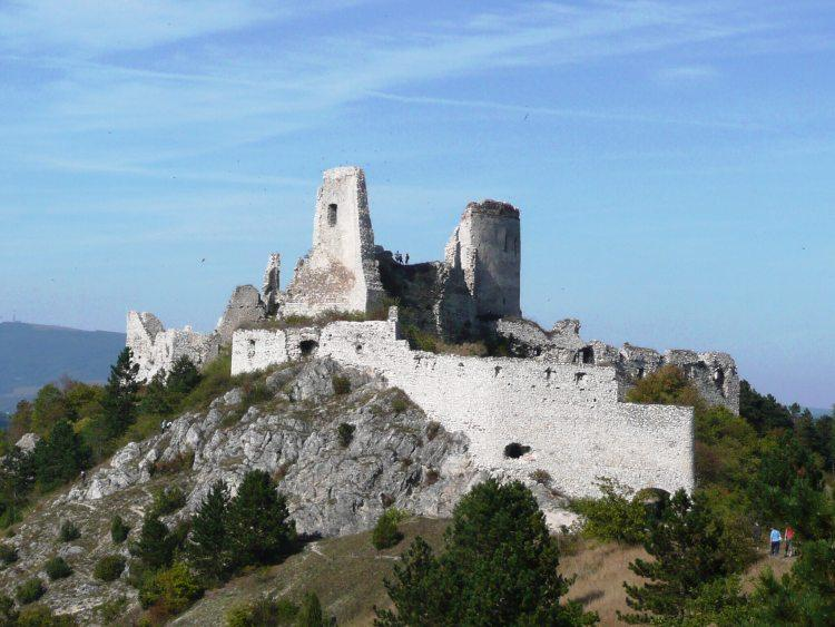 nejznámější pohled na Čachtický hrad od jihozápadu