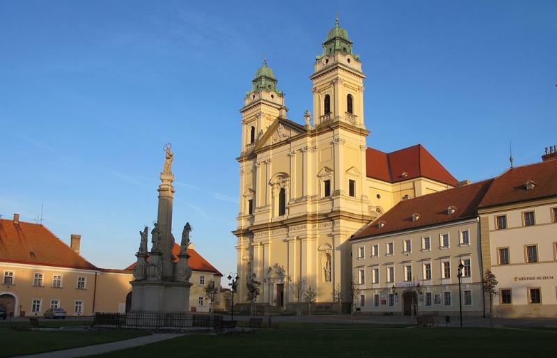 Farní kostel Valtice a morový sloup