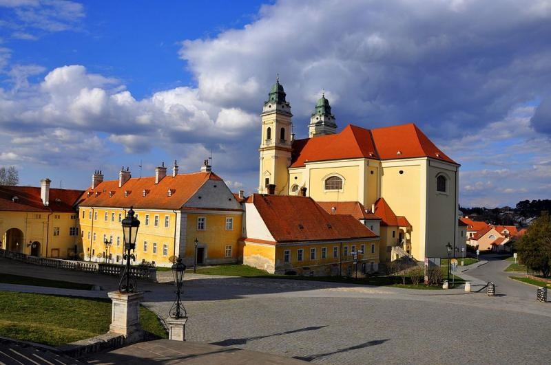 Kostel s přilehlými objekty