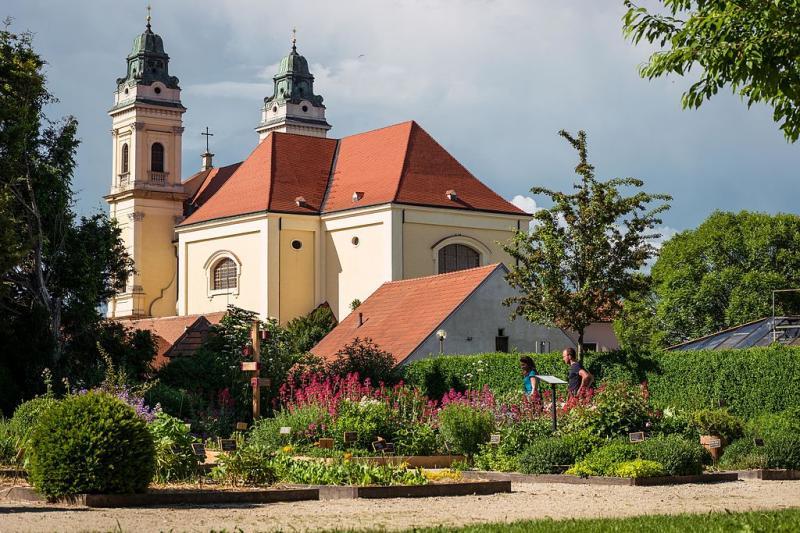 Kostel se zahradou