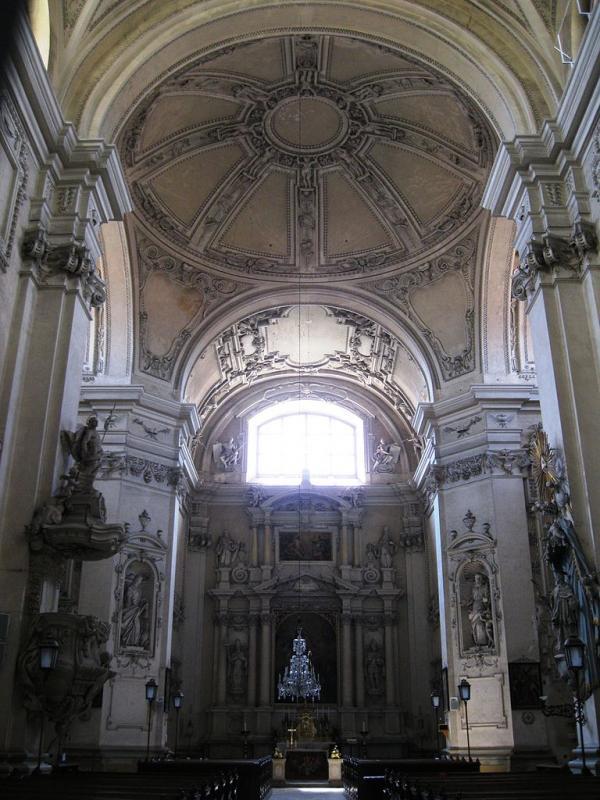 Interiér kostela ve Valticích