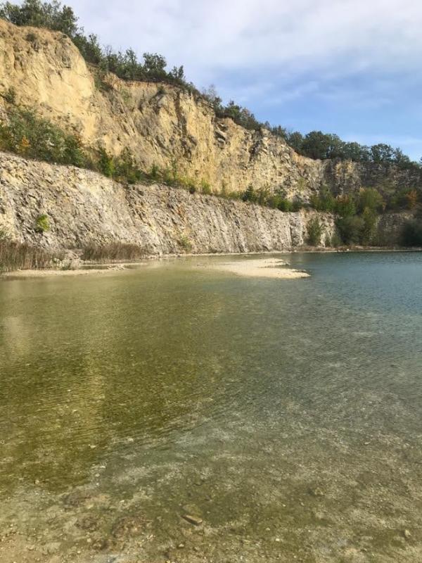 Kamenitá pláž a průzračnost vody