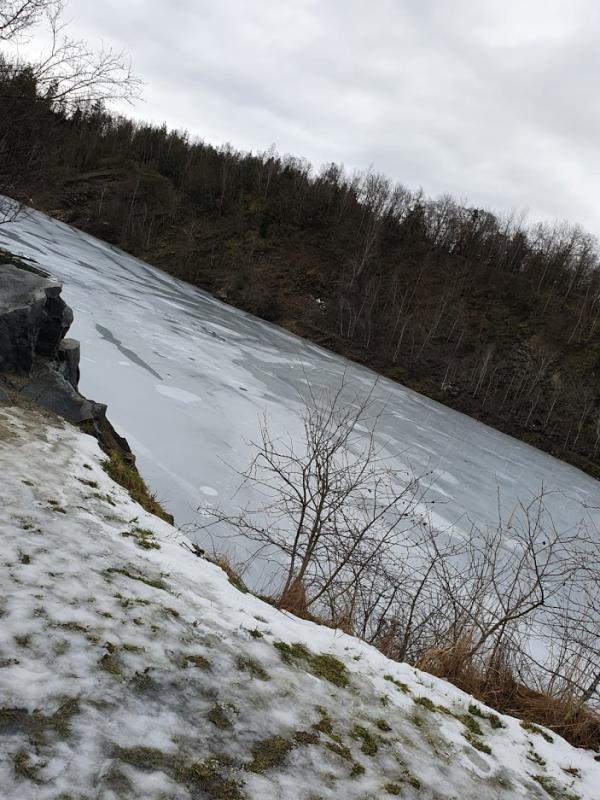 Únorový ledová krusta, pod kterou často rejdí potápeči