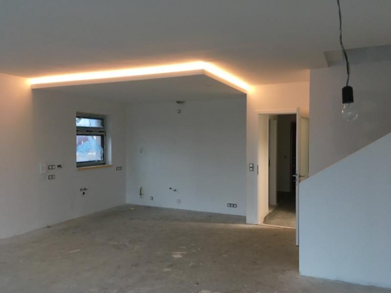 Snížení stropu nad kuchyňským prostorem a vedení odtahu plochou trubkou v podhledu s přechodem na kruh