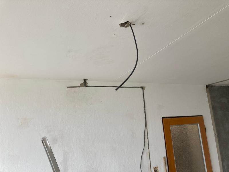 Protažený kabel ke svítidlu