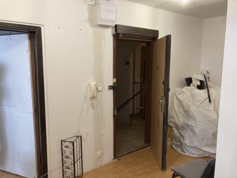 Již zdemontovaná lišta, začištěné drážky a osazený telefon