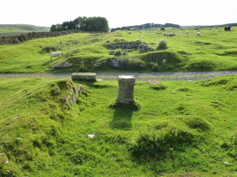 Jižní brána pevnosti Great Chesters. Na popředí stojí oltář, který byl zasvěcen římským bohům.