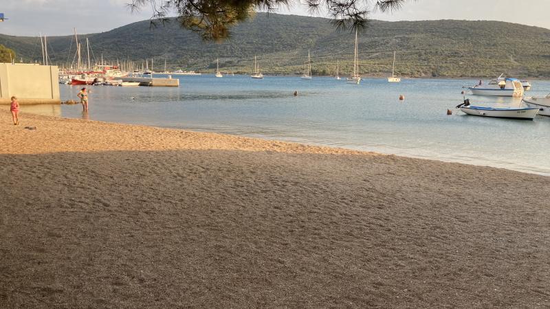 Městská pláž u Mariny v Cresu