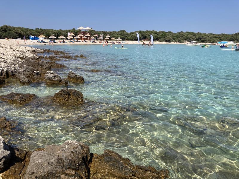 Pláž Meli a moře s písečným dnem
