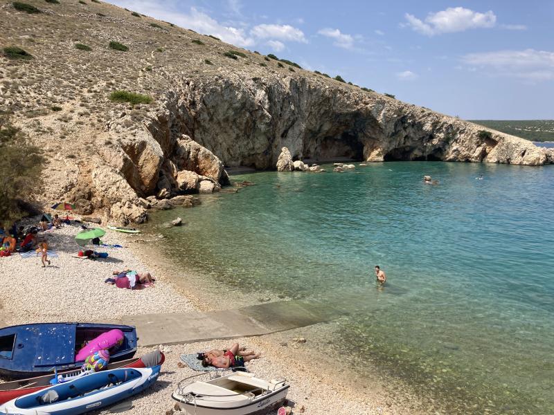 Pláž pod Belej se skalními převisy